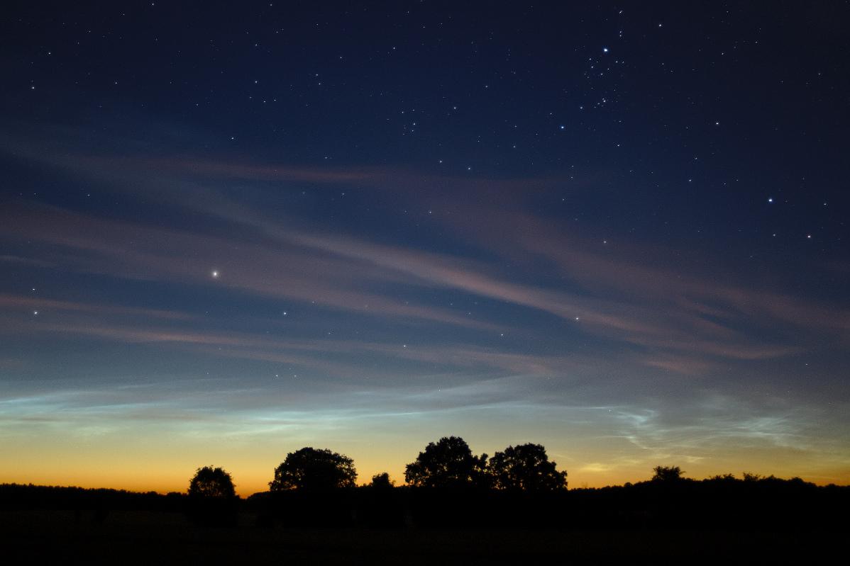Mitternachtsdämmerung, Leuchtende Nachtwolken und Zirrus bei Grüntal